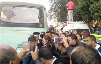 بالصور.. متظاهرون يعتدون على ريهام سعيد وأحمد موسى بمحيط كاتدرائية العباسية