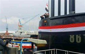 بالصور .. قائد القوات البحرية يرفع العلم المصري علي أول غواصة ألمانية حديثة.. ويدشن الغواصة الثانية