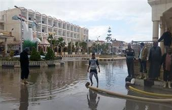 الإستعانة بماكينات الري لشفط مياه الأمطار الغزيرة من شوارع مصيف بلطيم