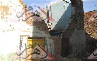 إصابة شخصين انهار عليهما جدار قديم بأحد منازل طما بسوهاج