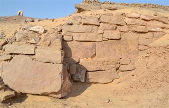 """بالصور.. اكتشاف جدار أثري بجبانة """"أسوان"""".. وباحثون: من المحتمل وجود مقابر"""