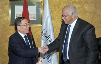 وزير النقل يستقبل السفير الصيني لبحث مشروعات القطار الكهربائي ومحطة حاويات الإسكندرية
