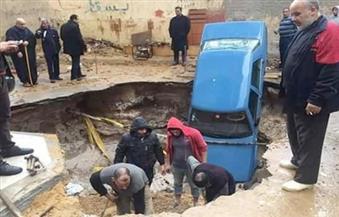 بالصور.. هبوط أرضي مفاجئ يبتلع سيارة شرق الإسكندرية