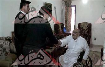 بالصور.. سيارة البلاغات بأمن القاهرة تنتقل لمنزل مسن من ذوي الاحتياجات الخاصة