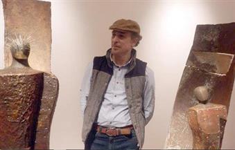 النحات طارق الكومي ينتهي من تصميم جائزة مهرجان أسوان لأفلام المرأة