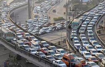كثافات مرورية أعلى الدائري بسبب انقلاب سيارة نقل بحمولتها