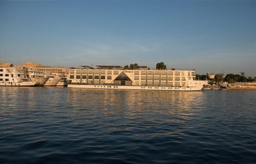 إنقاذ فندق عائم بعد غرقه جزئيًا في نهر النيل  بالأقصر -