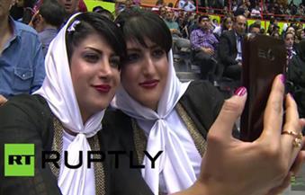بالفيديو .. ماذا يفعل الإيرانيون في مهرجان التوائم؟