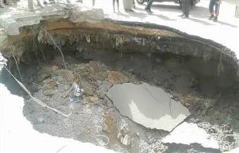 """رئيس حى الأميرية يشرف على فريق عمل لمعاينة آثار الهبوط الأرضى بشارع """"المطرية"""""""