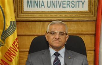 إهداء درع الاتحاد المصري لكرة اليد لرئيس جامعة المنيا