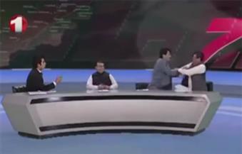 """على طريقة شوبير والطيب ..بالفيديو.. برنامج """"توك شو"""" يتحول لساحة ملاكمة بين سياسيين أفغان"""