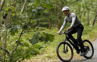 """صورة اليوم.. أوباما يتنزه بالدراجة مع أسرته في نفس توقيت دفن قتلى حادث """"أورلاندو""""!!"""