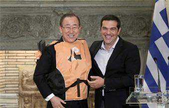 """بالصور..رئيس وزراء اليونان """"يفضح"""" العالم بـ """"سترة نجاة"""" على جسد """"مون"""" تضامنًا مع اللاجئين"""
