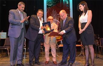 وزير الثقافة يكرّم رفعت جرانة ويهديه درع المركز القومي للمسرح والموسيقى والفنون