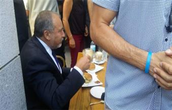 الإسرائيليون يزورون مقهى الحادث للزعم بأن بلادهم آمنة