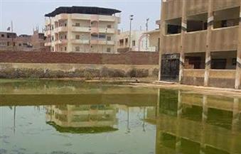 """بالصور.. المدرسة الإعدادية بنات في """"كفر حجازي"""" بالمحلة تغرق في مياه الصرف .. و""""التعليم"""" خارج الخدمة"""