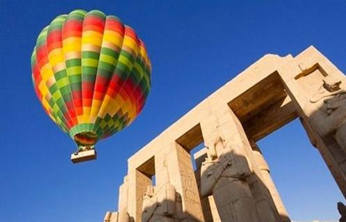 انطلاق  رحلات بالون طائر بالأقصر على متنها  سائحًا من مختلف الجنسيات
