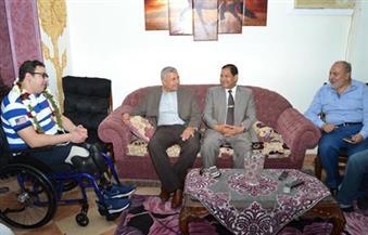 بالصور.. محافظ الغربية ومدير الأمن يزوران البطل النقيب محمود الكومى في منزله بطنطا