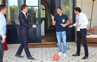 بالصور.. السفير البريطاني يستعرض مهاراته الكروية مع اللاعب رمضان صبحي ويقلده بالوقوف على الكرة