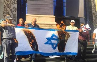 وسط حصار أمني.. حرق العلم الإسرائيلي في وقفة على سلالم نقابة الصحفيين للتنديد بزيارة شكري