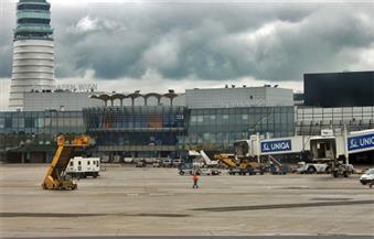 سوء الأحول الجوية يكبد النمسا خسائر مادية.. ويعطل حركة الطيران بمطار فيينا