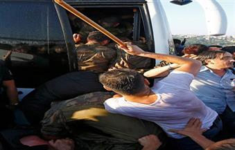 بالصور.. الشرطة التركية تضرب عناصر الجيش المشاركين في محاولة الانقلاب بالهراوات