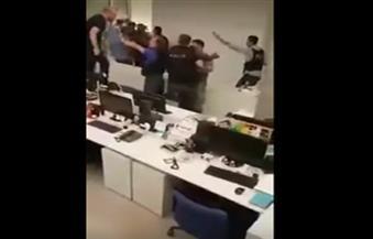 """بالفيديو.. صحفيون وعناصر من الشرطة يضربون """"جنود الانقلاب"""" داخل مبنى الإذاعة"""