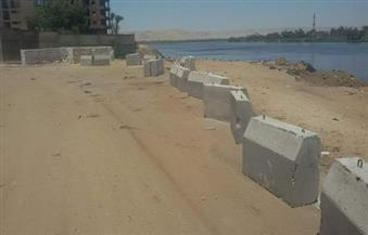 وضع حواجز خرسانية لحماية كورنيش النيل من القمامة بأخميم