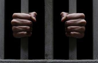 حبس 3 عمال بتهمة حرق مدرسة بنات بعد سرقتها في قنا