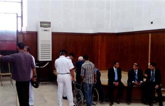 """بالصور.. وصول مهدي عاكف لمحكمة طرة على كرسي متحرك لحضور أولى جلسات إعادة محاكمته بقضية """"مكتب الإرشاد"""""""