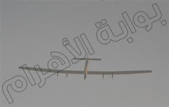 بالصور .. الطائرة الشمسية تحلق فوق مرسى علم بالبحر الأحمر متوجهة إلى الحدود السعودية