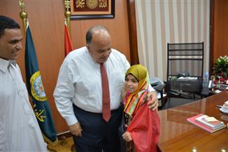 محافظ الدقهلية يكرم طفلة لتميزها في حفظ القرآن والإلقاء