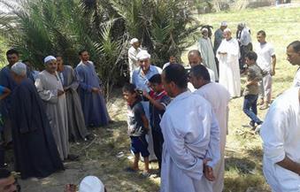 العشرات من أهالى قرية الخشوعى بالبرلس يحتجون على تنفيذ مشروع الرمال السوداء