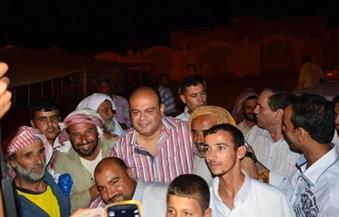 بالصورة.. محافظ مطروح يوزع 4.5 طن مواد غذائية 300 كرتونه رمضانية وبطانية علي أهالي مدينة النجيلة