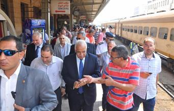 بالصور.. وزير النقل يطمئن على توافر تذاكر قطارات الصعيد