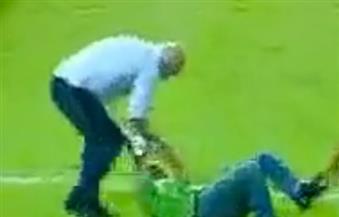 """يحدث فى الإسماعيلية.. """"هرج ومرج"""" من جماهير بورسعيد على لاعبى المحلة.. وحسام حسن يعتدي على أحد المصورين"""