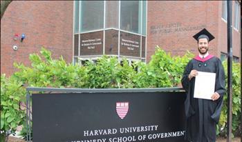 """بالصور.. نادر بكار يحصل على الماجيستير من """"هارفارد"""".. ومعلقون: """"فين دقنك يابكورتي؟"""""""