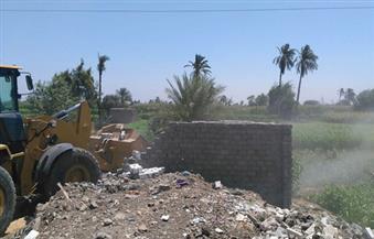 بالصور.. حملة إزالة تزيل تعديًا بالبناء على أرض زراعية بالفيوم