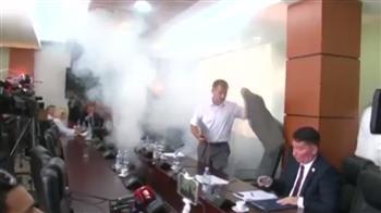 بالفيديو.. نائب يلقي قنبلة مسيلة للدموع داخل البرلمان قبل تصويت مثير للجدل في كوسوفو