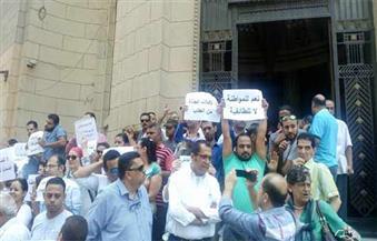"""بالصور.. """"مصريون ضد التمييز الديني"""" تُنهي وقفتها الاحتجاجية بالسلام الوطني وترفع شعار نعم للمواطنة لا للطائفية"""