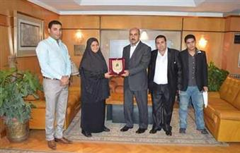"""""""حمزة"""" يكرم والدة البطل الأوليمبي في رفع الأثقال محمد إيهاب بالفيوم"""