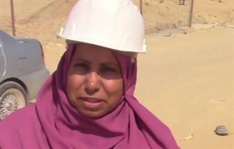 """بالفيديو.. امرأة حديدية في قلب صحراء العاصمة الإدارية.. """"اعتماد"""" صفتها مهندسة ووصفها بـ 100 رجل"""