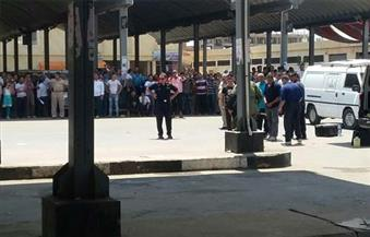 بالصور.. خبراء المفرقعات يفككون قنبلة صوتية عثر عليها بمجمع مواقف سيارات طنطا