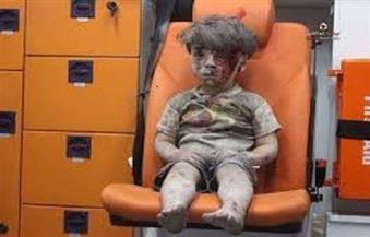 """طفل من عمر الأزمة يُشعل مواقع التواصل .. والطائرات مستمرة بـ""""مسلسل الإجرام"""" في سورية"""