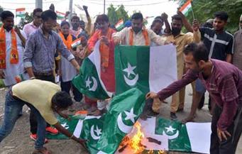 توترات بسبب حرق العلم الباكستاني تتسبب في غلق الحدود مع أفغانستان