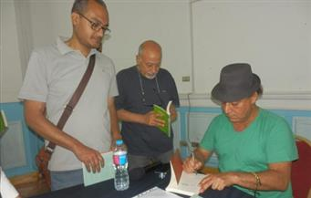 """بالصور.. شاكر عبدالحميد خلال توقيع """"حذاء فيلليني"""": عالم الرواية غير منته.. والتهكم ليس للسخرية فقط"""