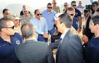 بالصور.. السيسي يتفقد مشروع مدينة الجلالة ويشهد عملية تفجير ممر لإنشاء طريق بالمشروع