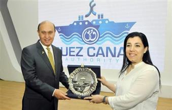 بالصور.. مميش يستقبل أكبر سفينة حاويات صديقة للبيئة في أول عبور لها لقناة السويس