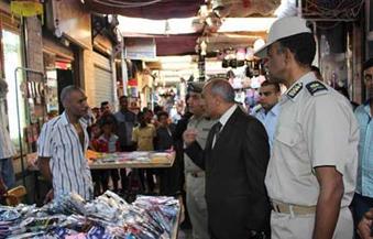 بالصور.. مدير أمن أسوان يعد المواطنين بإزالة الباعة الجائلين من السوق السياحي
