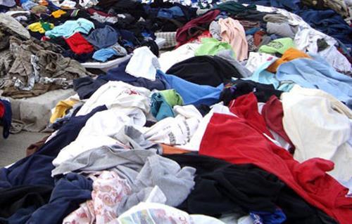 476231ba9 على رأسها الملابس .. سوق الإثنين بطنطا أكبر مركز تجاري لبيع المستعمل ...